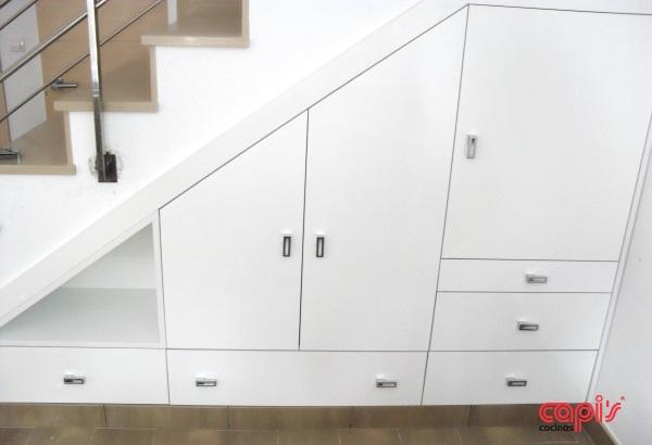 Un armario en el hueco de la escalera cocinas capi for Cocinas debajo de las escaleras