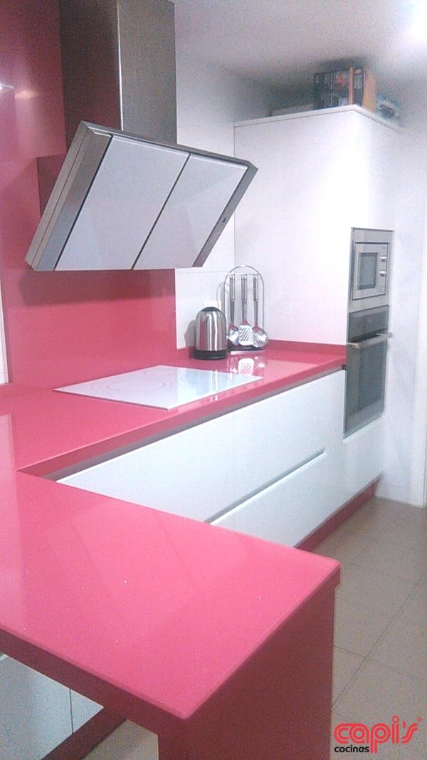 Cocinas fucsia top cocina con muebles rosa fucsia combinan con blanco y notas de color negro y - Cocinas rosa fucsia ...