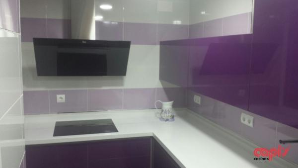 Muebles de cocina blanco y morado ideas - Cocina color lila ...
