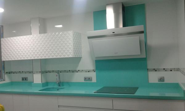 Dise os de cocina con tonos verdes acqua fraccarolicocinas - Cocinas verdes y blancas ...