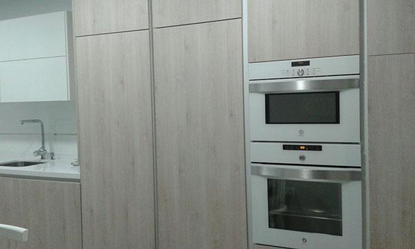 Cocina en madera y blanco; un clásico reonvado - Cocinas Capis ...