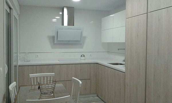 Placa de inducci n el blanco perfecto para tu cocina - Cocinas con encimeras de madera ...