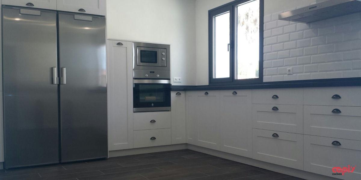 Cocina en blanco y azul cocinas capi 39 scocinas capis for Configurador de cocinas
