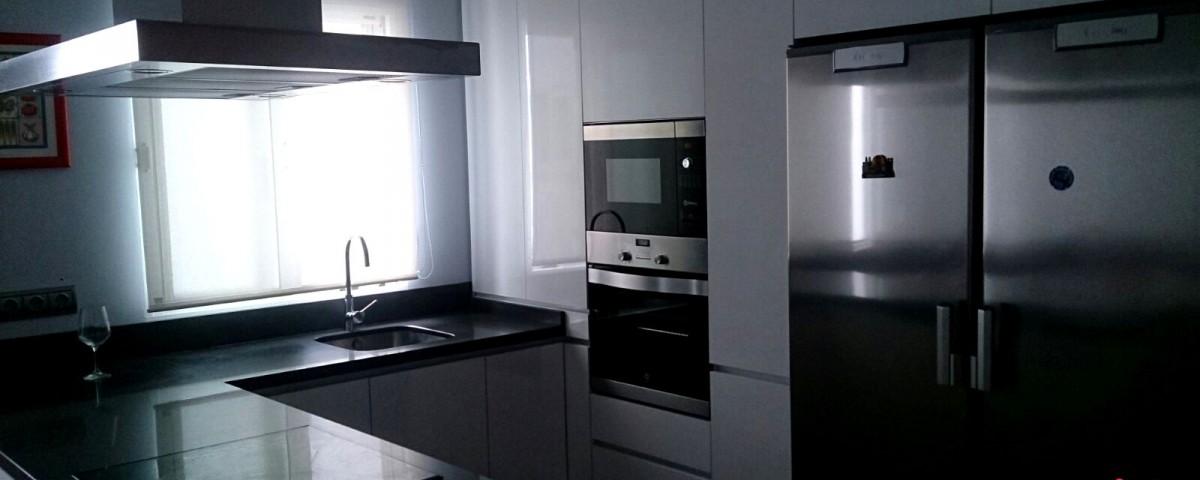 Cocina minimalista con un toque marengo cocinas capis for Configurador cocinas