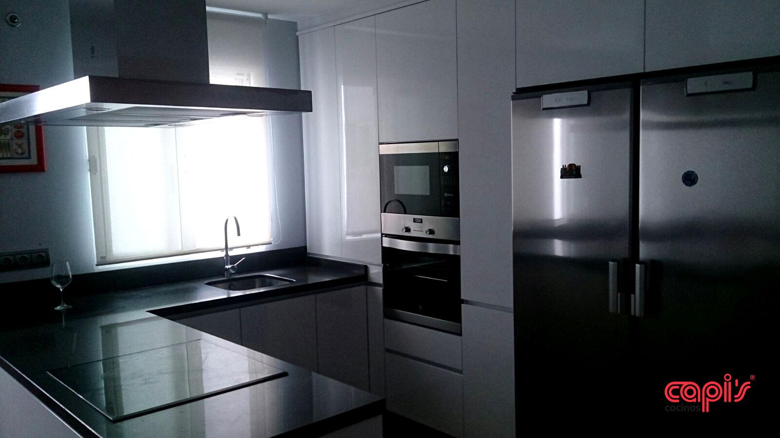 Cocina minimalista con un toque marengo cocinas capis - Cocinas en huelva ...