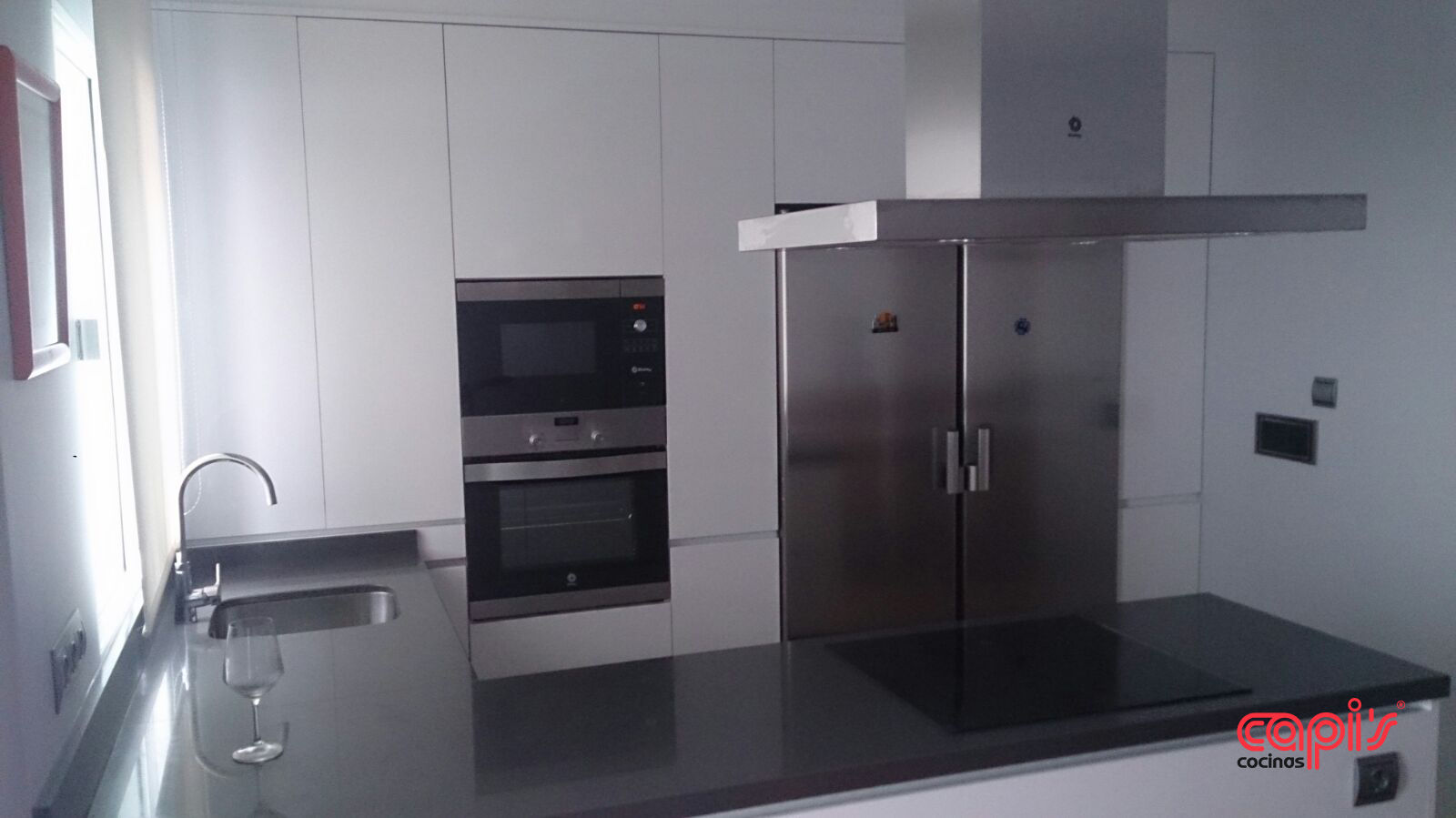 Cocina minimalista con un toque marengo cocinas capis for Silestone gris marengo