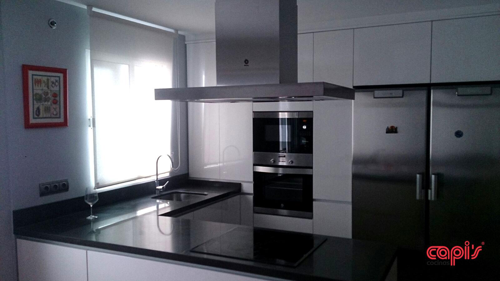 Cocina minimalista con un toque marengo - Cocinas Capis, diseño y ...