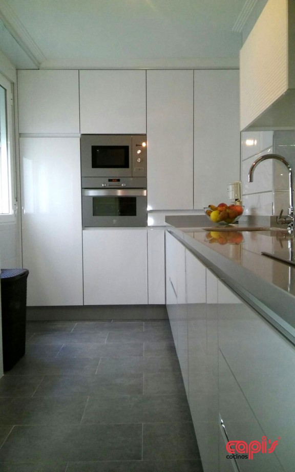 Cocinas que dan en el blanco cocinas capis dise o y - Cocinas con puertas de cristal ...
