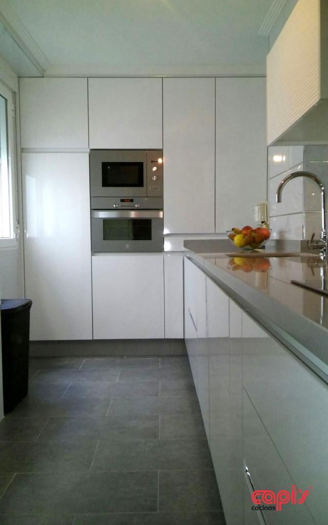 Cocina en blanco amarillo y plata cocinas capis - Cocinas en blanco ...