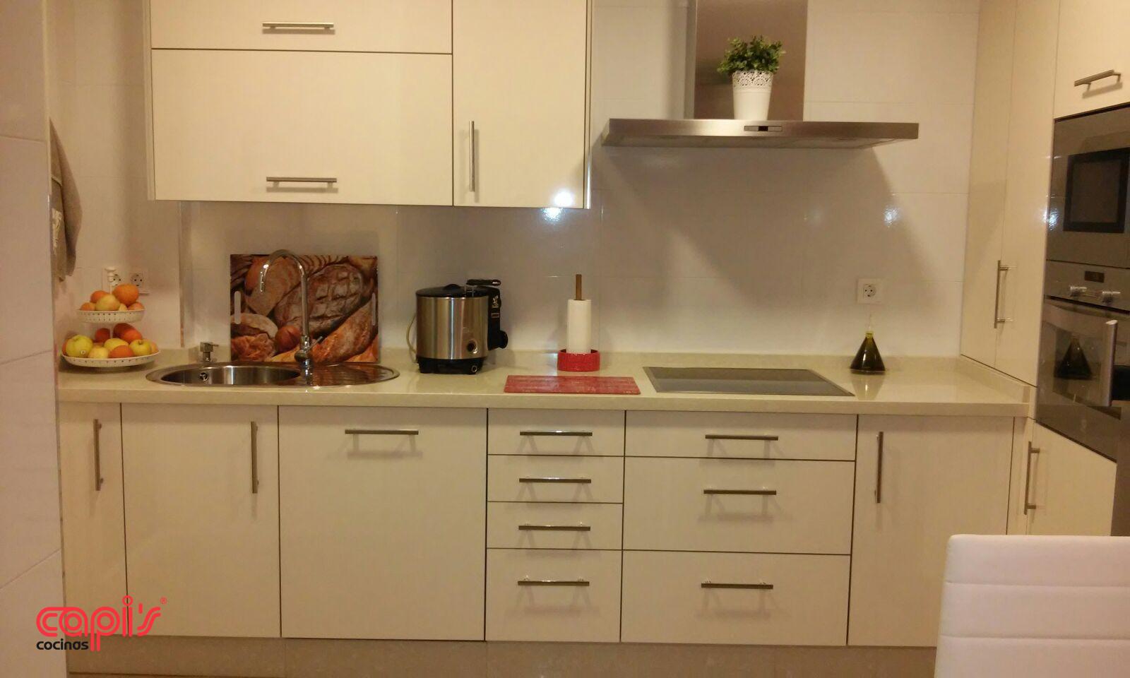 Cocina blanca encimera beige cocina blanca con encimera for Cocina blanca encimera beige