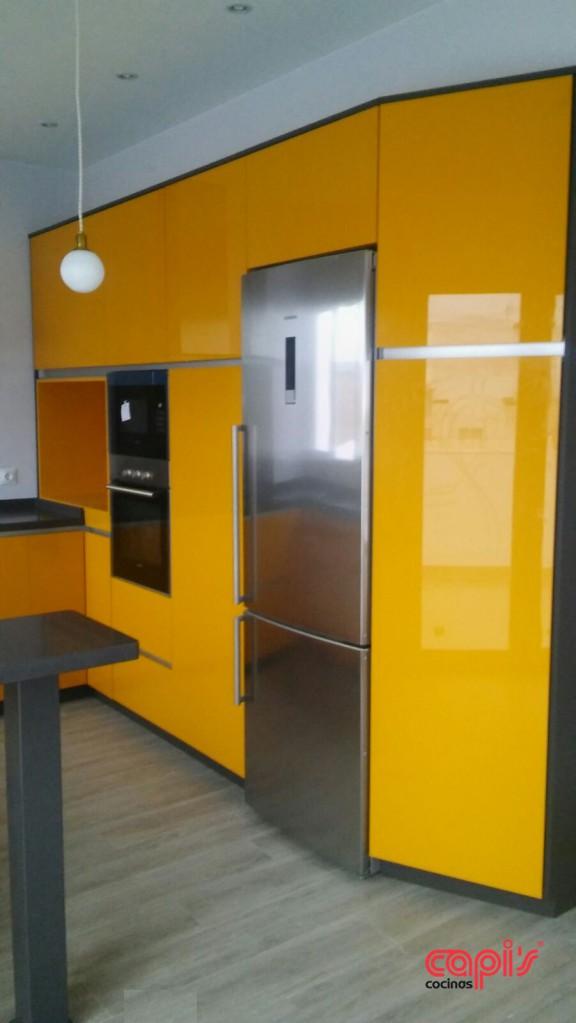 Cocina en mostaza vibrante cocinas capis dise o y for Configurador cocinas