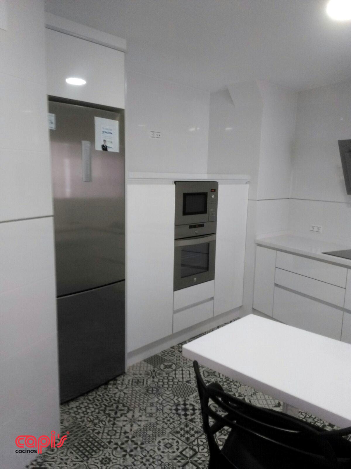 Cocina blanco sobre blanco cocinas capis dise o y for Cocina blanca electrodomesticos blancos
