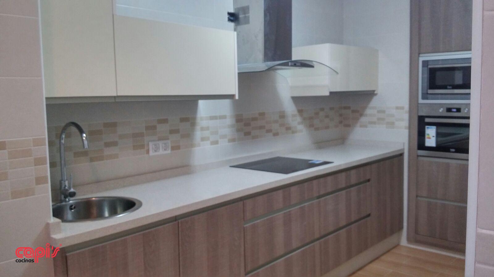 Cocina con efecto madera cocinas capis dise o y - Cocinas con diseno ...