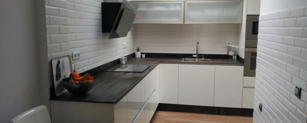 Cocina en blanco con un toque industrial - Cocinas Capis, diseño y ...
