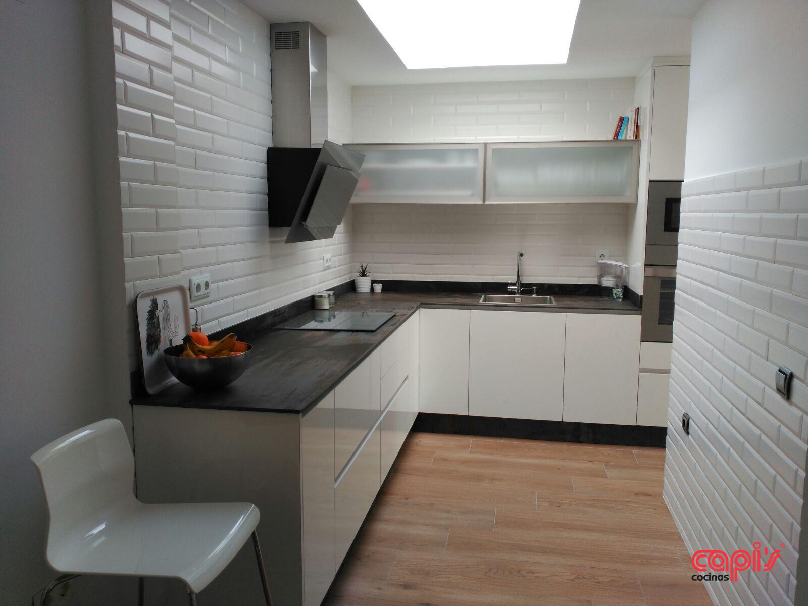 Cocina en blanco con un toque industrial cocinas capis for Configurador cocinas