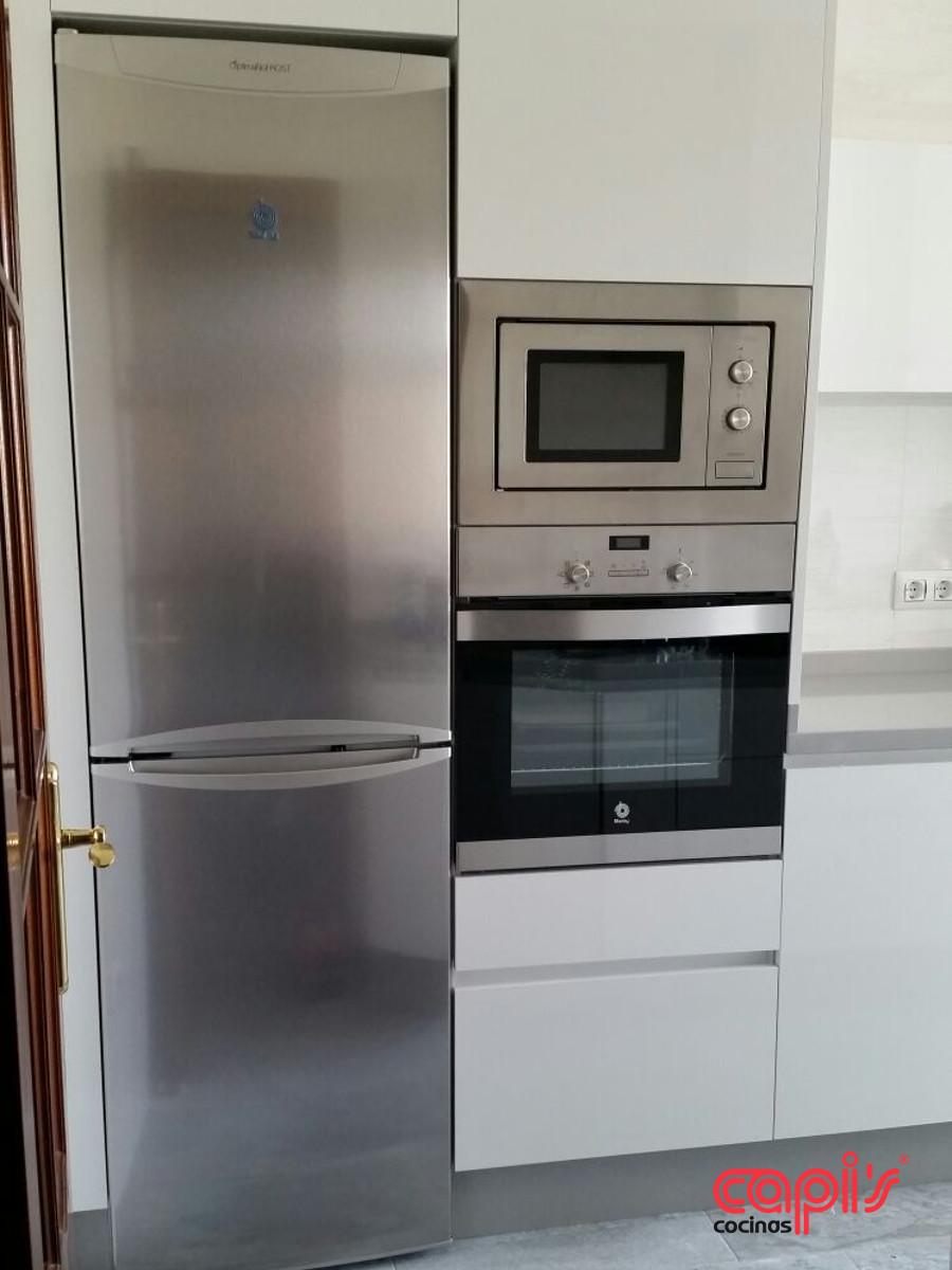 Cocina en ceniza y blanco cocinas capis dise o y for Configurador cocinas