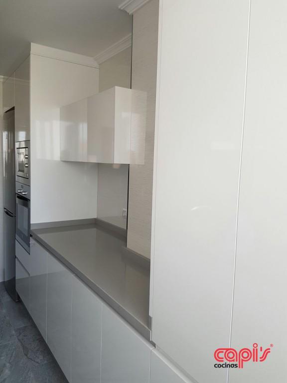Cocina en ceniza y blanco - Cocinas Capis, diseño y fabricación de ...