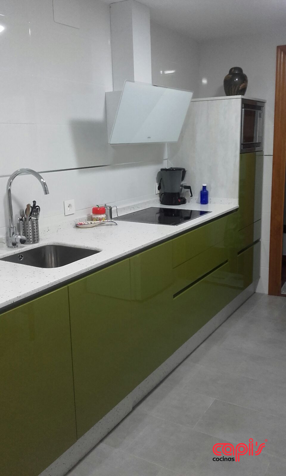 Cocina verde y pizarra cocinas capis dise o y for Cocina encimera verde
