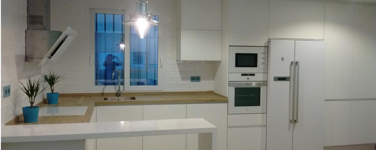 Cocina madera y blanco cocinas capis dise o y for Configurador cocinas