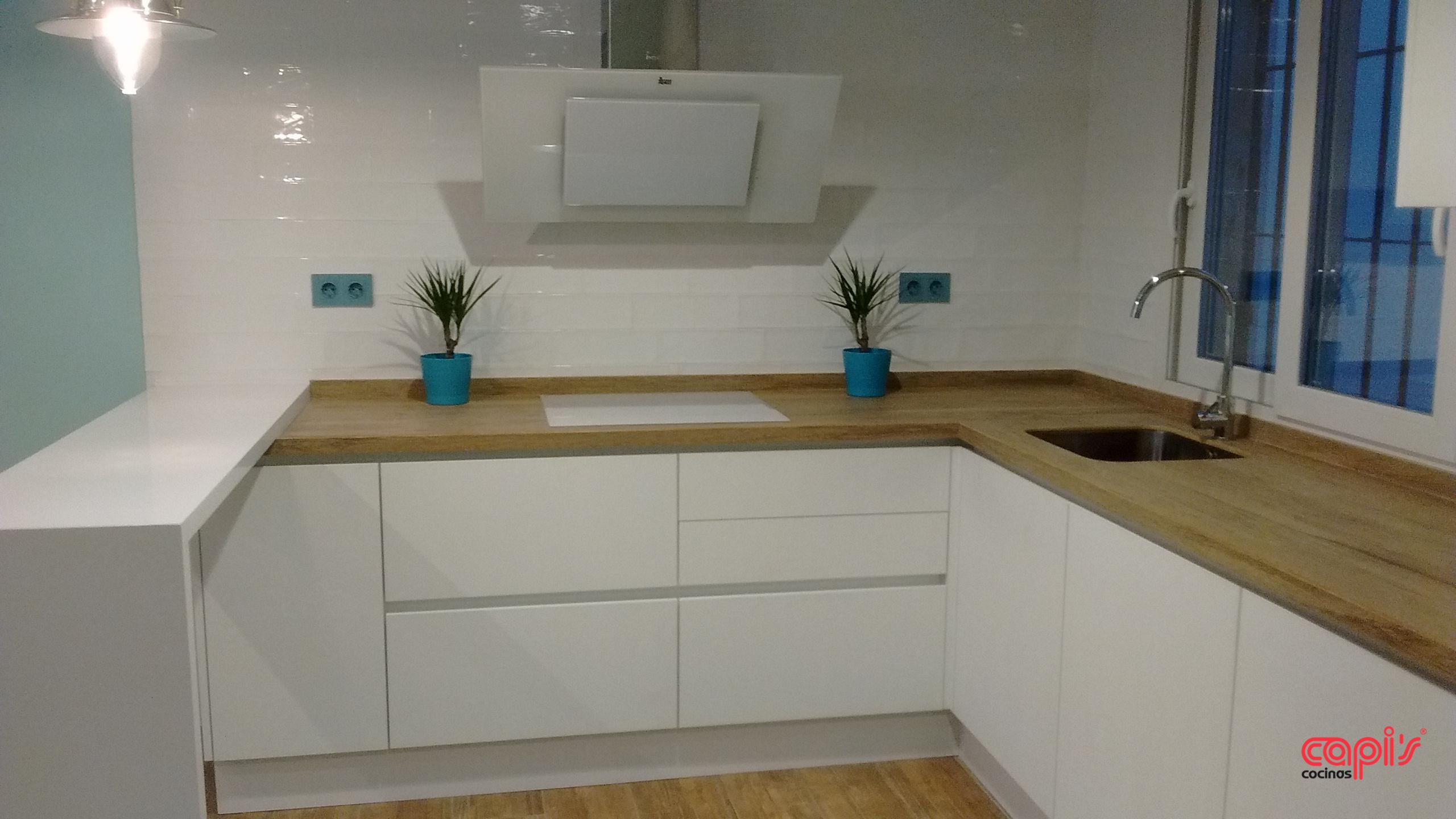 Cocina madera y blanco cocinas capis dise o y for Mesas de cocina blancas y madera