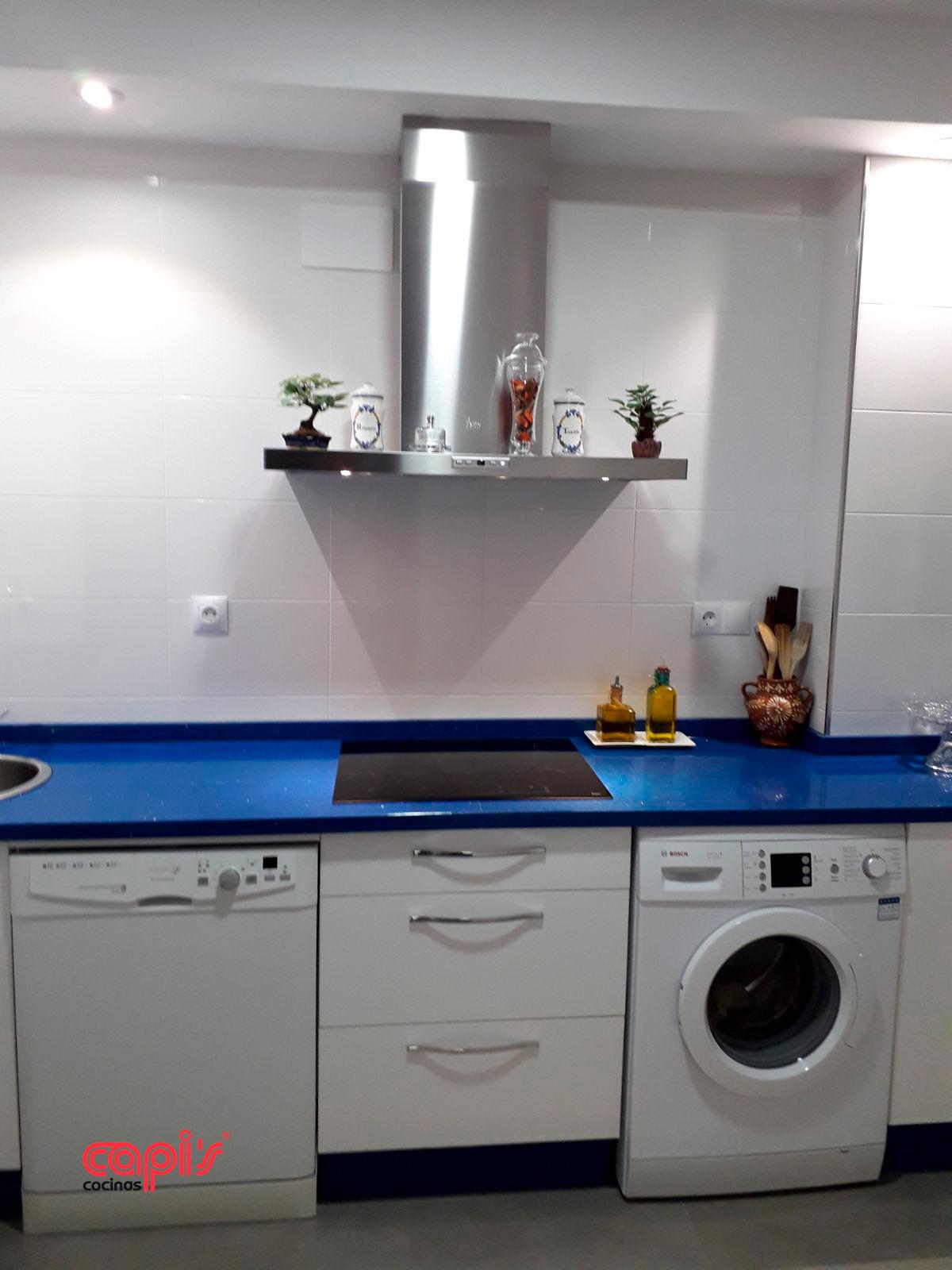 Azul vibrante en la cocina - Cocinas Capis, diseño y fabricación de ...