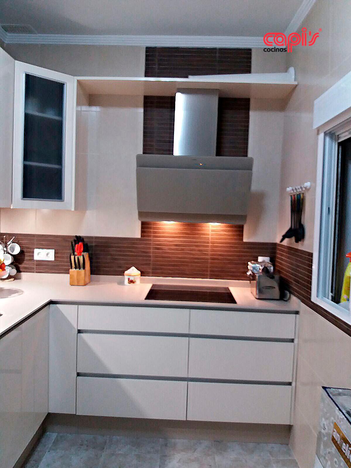 Cocina beige brillo cocinas capis dise o y fabricaci n for Configurador cocinas