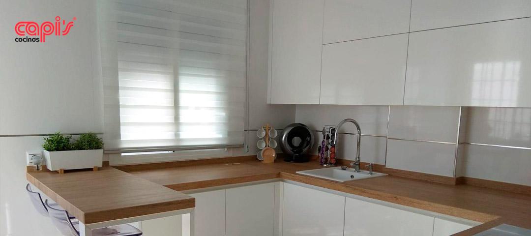 Cocina madera y blanco mayo 2018 cocinas capis dise o y for Configurador de cocinas